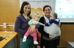Danijela Birta Čkonjević sa mladom mamom koja svoju bebu takođe nosi u marami